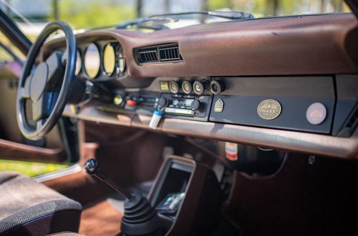 historic dashboard of porsche 911