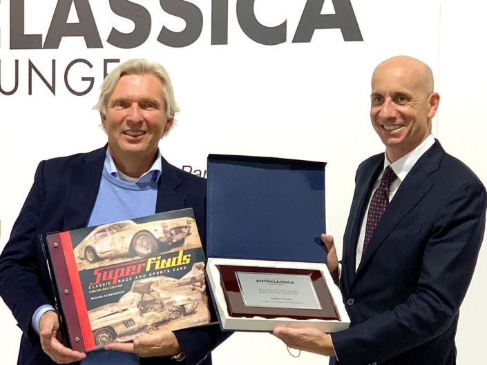 Michael Kliebenstein (left) is given the award by Andrea Martini (right), President of Milano AUTOCLASSICA.